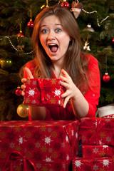 frau mit weihnachts geschenken