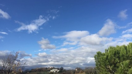 Ostra Vetere, Italia - Belle nuvole su campagna, time lapse