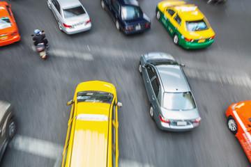 Stadtverkehr in Bangkok in Bewegungsunschärfe