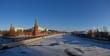 Panorama der zugefrorenen Moskwa mit Kreml - 75803254