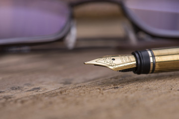 Fountain pen and glasse