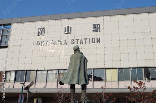 Aluminium Treinstation 岡山駅と銅像