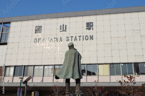 Fotobehang Treinstation 岡山駅と銅像