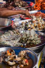 Schalentiere an einer Garküche in Bangkok