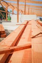 Bau eines Rindviehstalles, gestapeltes Bauholz