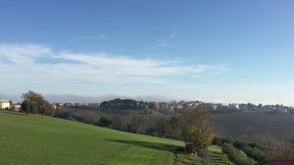 Ostra Vetere, Italia - Paesaggio di campagna con nebbia e sole