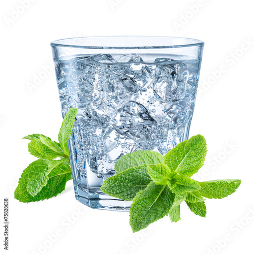 Papiers peints Eau Glass of mineral carbonated water with ice. With clipping path