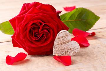 Rote Rose mit Herz