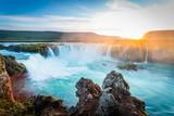 Godafoss o zachodzie słońca, Islandia, niesamowity wodospad