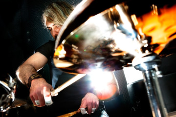 Hombre tocando la batería.Concepto de música en vivo