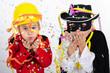 Kinder mit Luftschlangen und Konfetti