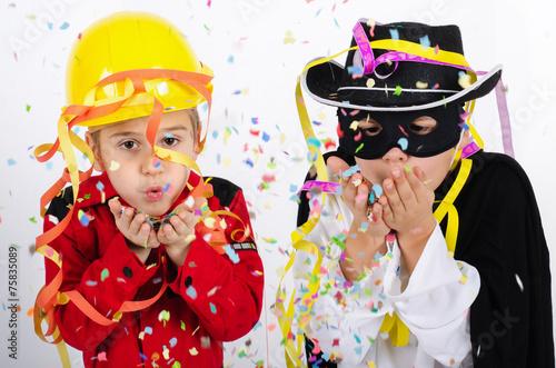 Leinwandbild Motiv Kinder mit Luftschlangen und Konfetti
