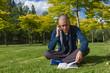 Joven Leyendo un Libro en un Parque