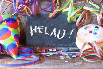 """Tafel mit Schrift """"Helau!"""" und Faschingsdekoration"""