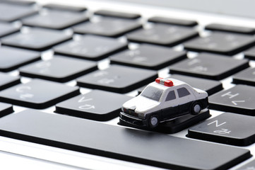 ノートパソコンのキーボードの上のパトカー