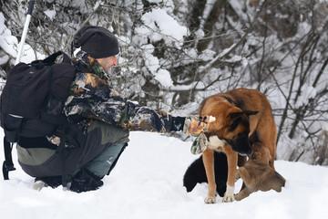 kış günü aç hayvanlara yiyecek vermek