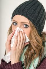 kranke Frau mit einem Taschentuch