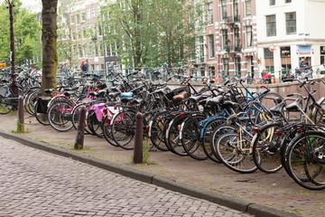 viele Fahrräder in Amsterdam, Niederlande