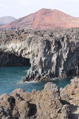 Volcán sobre acantilado