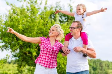 Familien Sommer Spaziergang im Feld