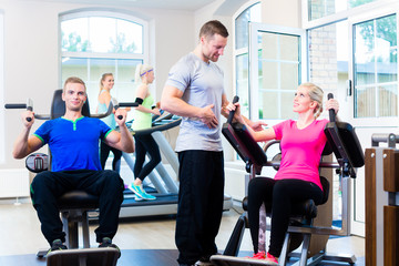 Frau im Fitness Studio mit personal trainer