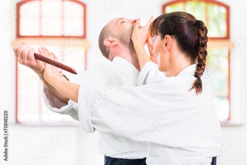 Poster Mann und Frau beim Aikido Messerkampf