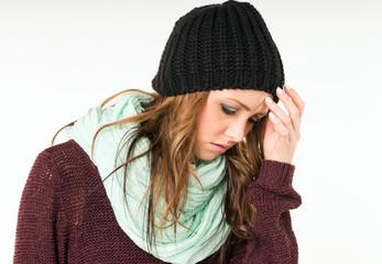 Frau mit Erkältung und Kopfschmerzen