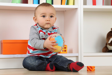 Baby beim Spielen mit Ball