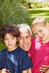 Großvater lacht mit zwei Kindern