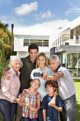 Familie macht Selfie im Garten mit Handy