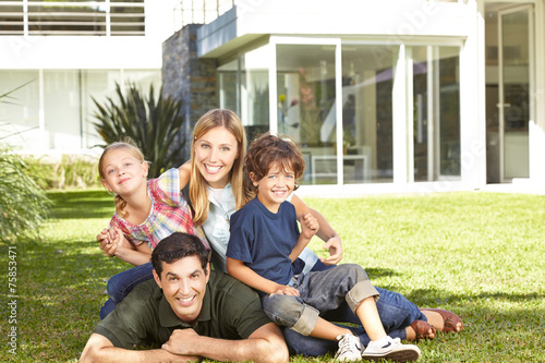 canvas print picture Familie mit zwei Kindern im Garten
