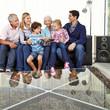 Kinder mit Eltern und Großeltern mit Tablet Computer