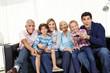 Familie spielt zusammen Videospiel auf Smart TV