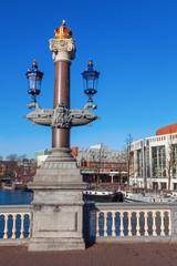 antike Straßenlaterne auf der blauen Brücke in Amsterdam