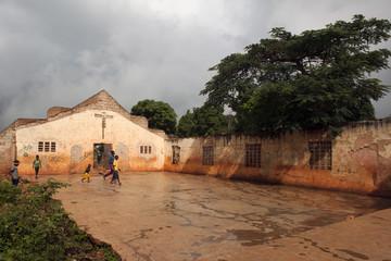 Zerfalle Kirche als Fussballplatz, Haiti