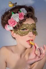Соблазнительная девушка ест мармелад