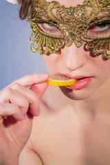 Девушка в маске ест мармелад