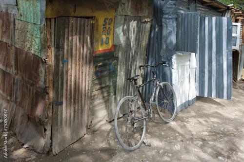 Fotobehang Centraal-Amerika Landen Altes Fahrrad am Markt, Deschapelles, Haiti