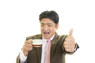珈琲を飲む笑顔の男性