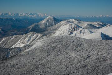 雪山の山並みと樹氷