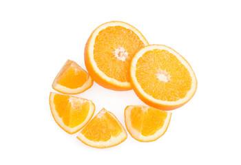 Апельсин с дольками на белом фоне