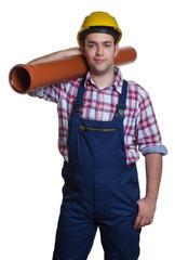 Stehender Bauarbeiter mit Wasserrohr
