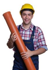 Lachender Bauarbeiter mit Wasserrohr mag seinen Job