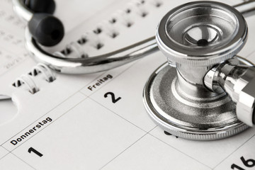 Stethoskop und Kalender