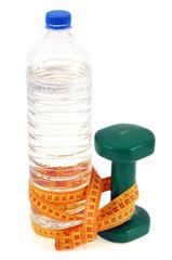 De l'eau, une haltère et un centimètre souple