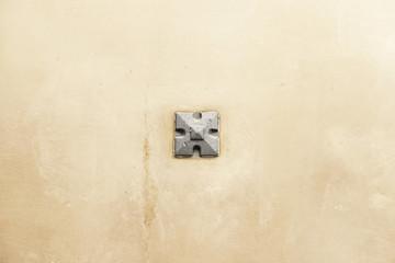Crimp on a metal wall