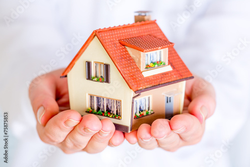 Leinwanddruck Bild House in human hands