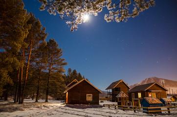 Деревянные дома ночью