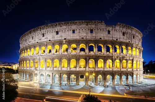mata magnetyczna Koloseum w nocy, Rzym, Włochy