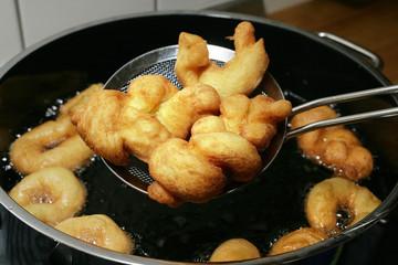 Lockere Zeppole in heißem Fett gebacken
